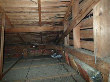 天井の中の雨漏り跡