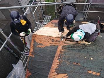 屋根材を剥がしていきます