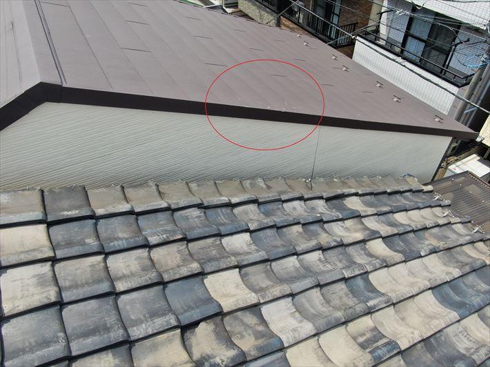 北区王子で強風で倒れたTVアンテナの被害を受けた金属屋根の補修調査に伺いました