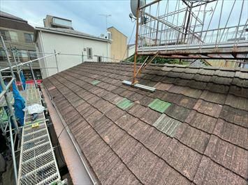 切妻屋根にかかるバルコニー