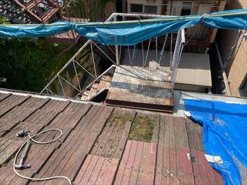 文京区千石で屋根葺き替え工事に合わせて屋根の上の鉄製バルコニーの撤去を行いました