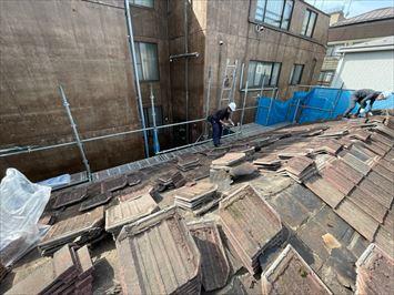 文京区千石でセメント平瓦屋根の葺き替え工事の瓦降ろし作業を行いました
