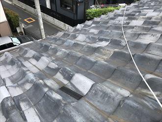 割れた屋根にテープで補修