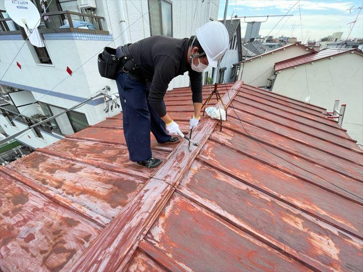 荒川区東尾久で強風で飛んでしまった瓦棒屋根の棟板金交換を行いました