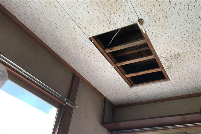 雨漏りで天井材が落下