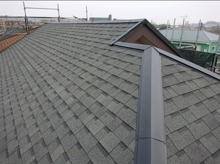 江戸川区西小岩にて、ボロボロになったパミール屋根をアスファルトシングル屋根材「オークリッジスーパー」で屋根カバー工事