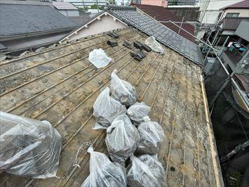 江東区南砂で軒先が壊れた瓦屋根の半面を葺き替え工事にはいりました