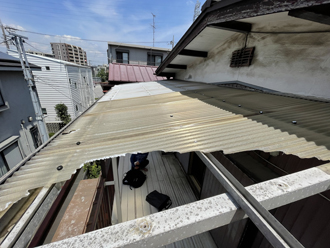 足立区東和にてガラスネットのベランダ屋根が破損していました