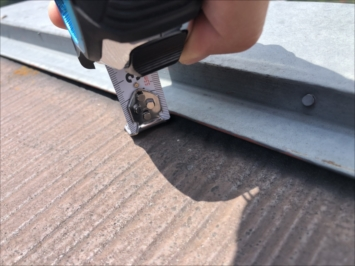 調布市多摩川で棟板金の浮きを指摘された屋根を点検しました