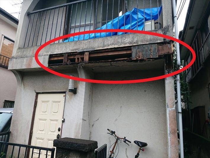 脱落した外壁