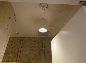 天井に雨漏りの跡
