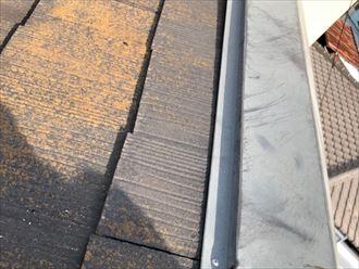 塗膜が劣化して苔の繁殖したスレート屋根