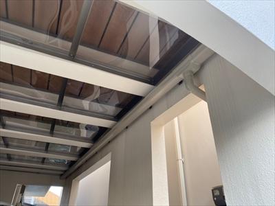 屋根を新設して雨を防ぎます