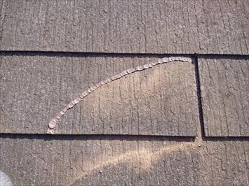 小金井市緑町で割れたスレートを屋根工事までのあいだ仮固定します