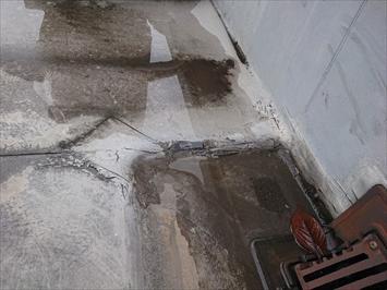 排水口の回りは雨水が溜まっています