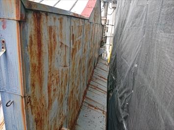 トタンの外壁は波打っています
