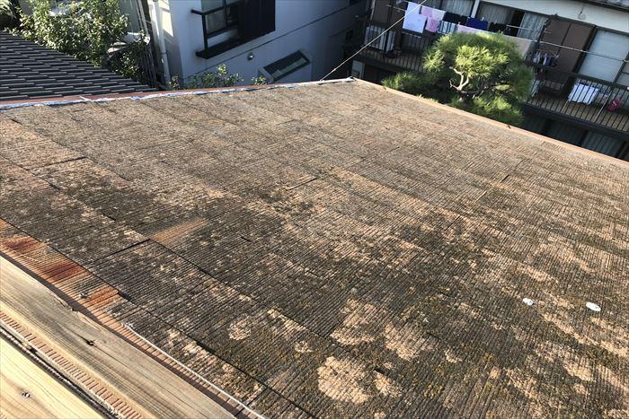 汚れやコケの付着したスレート屋根