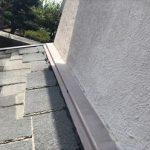 外壁から伸びた下屋根