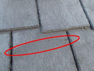 荒川区東尾久ではアーバニー屋根に亀裂が発生、防水性も失われておりました