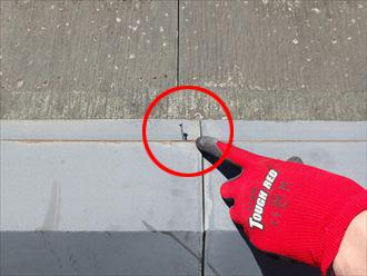 浮いてきている棟板金の固定釘