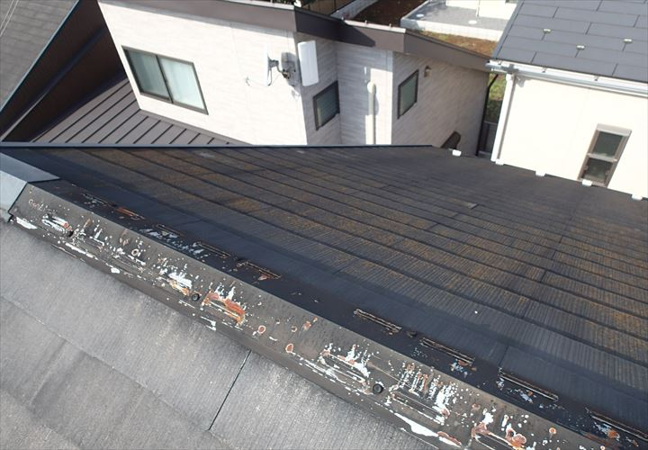 表面の塗膜が劣化したスレート屋根