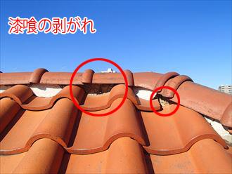 棟部分に見られる漆喰の剥がれ